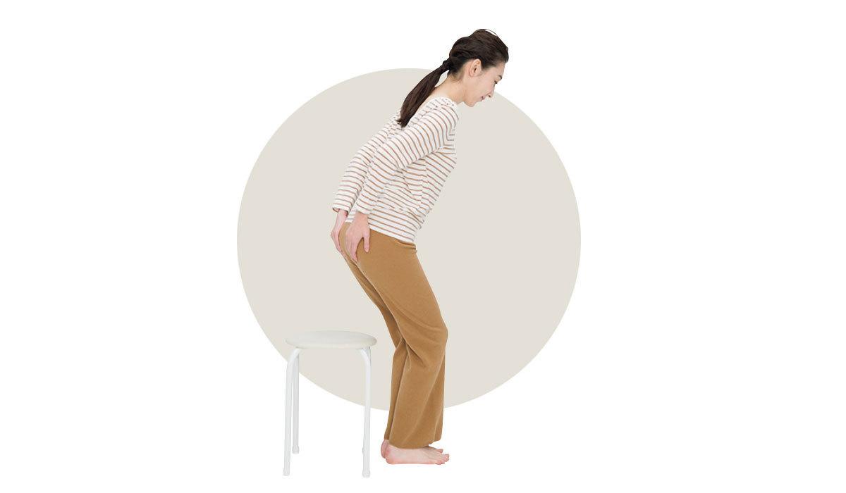 座る時はおしりを持ち上げる