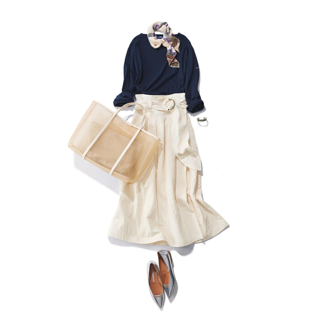 ■ネイビーのカットソー×白スカート×スカーフコーデ