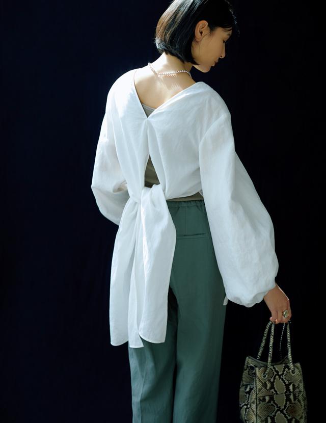 Vあき&裾リボンの白ブラウスを着こなす田沢美亜