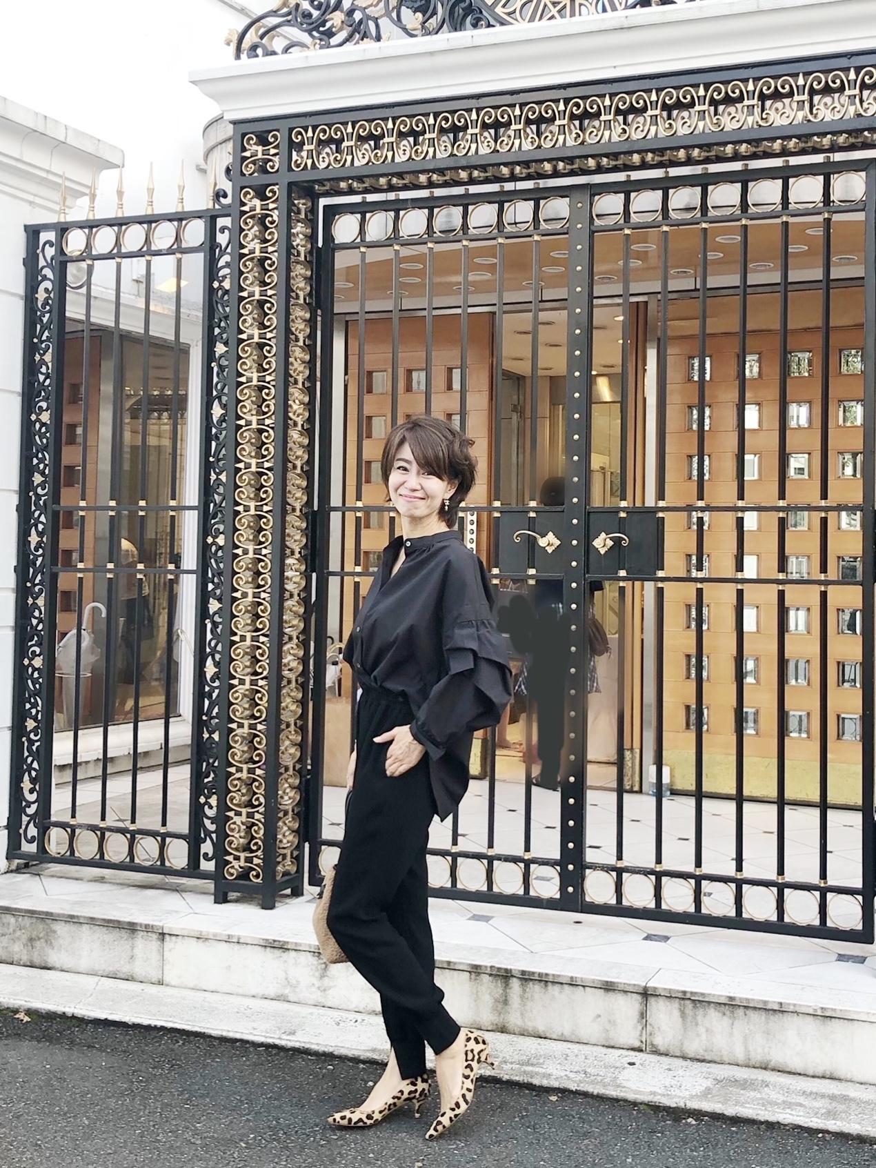 袖コンシャスなブラックシャツ