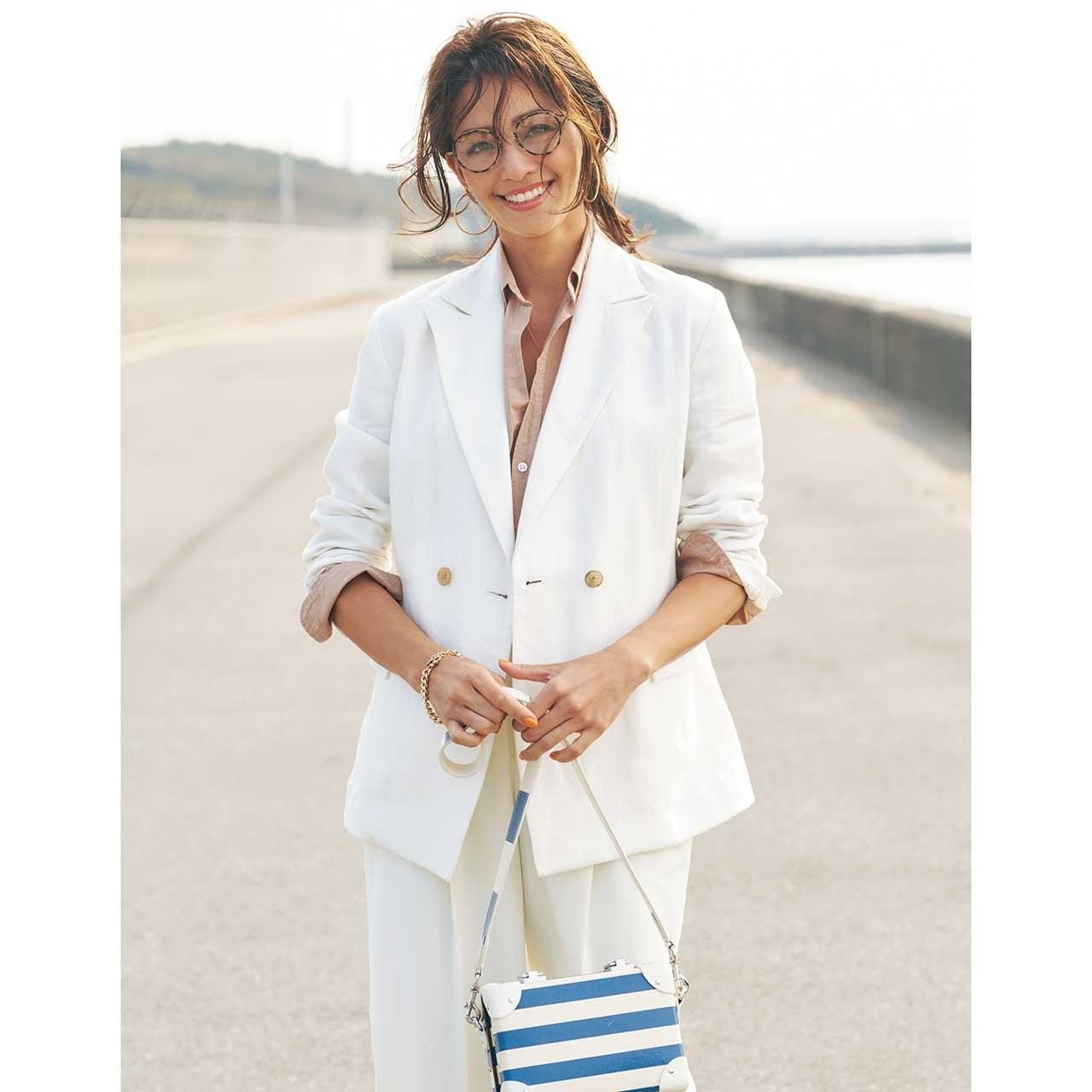 ベージュのシャツ×白ジャケットコーデを着たモデルのRINAさん