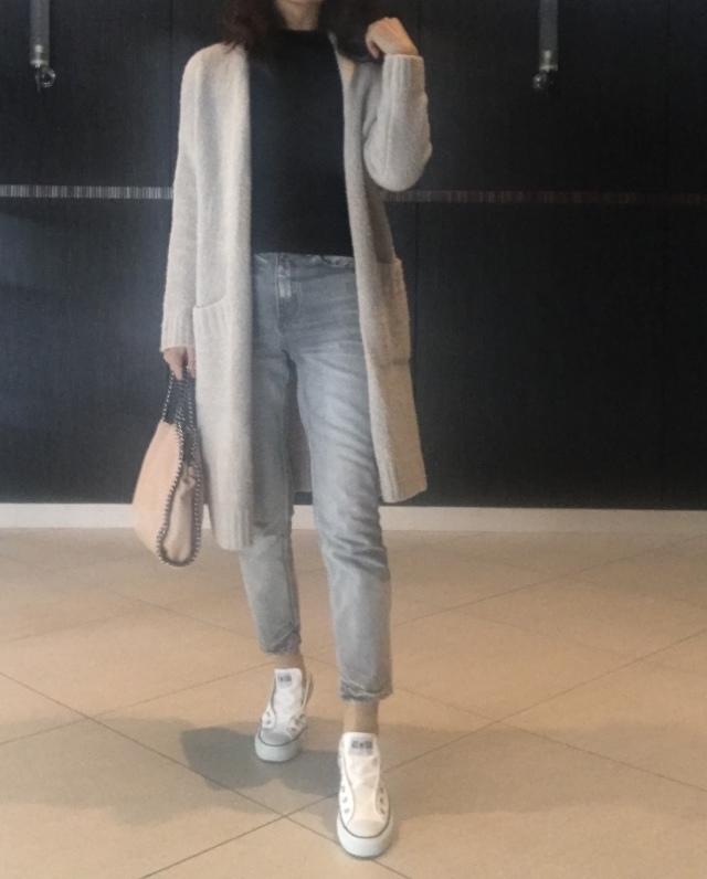 コンバースのスニーカー×デニムパンツのファッションコーデ