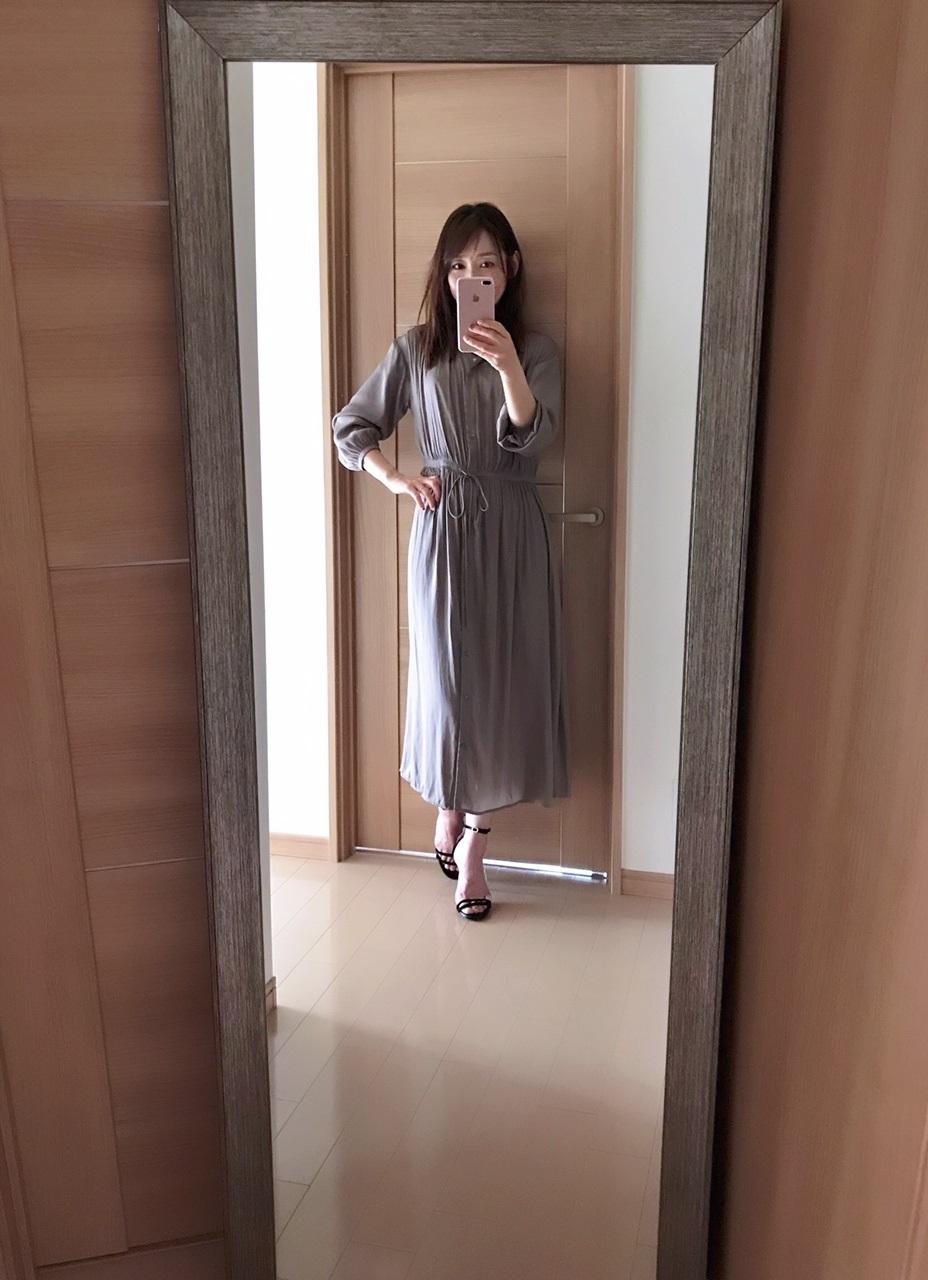 ユニクロのベージュワンピースを着た美女組のAkaneさん