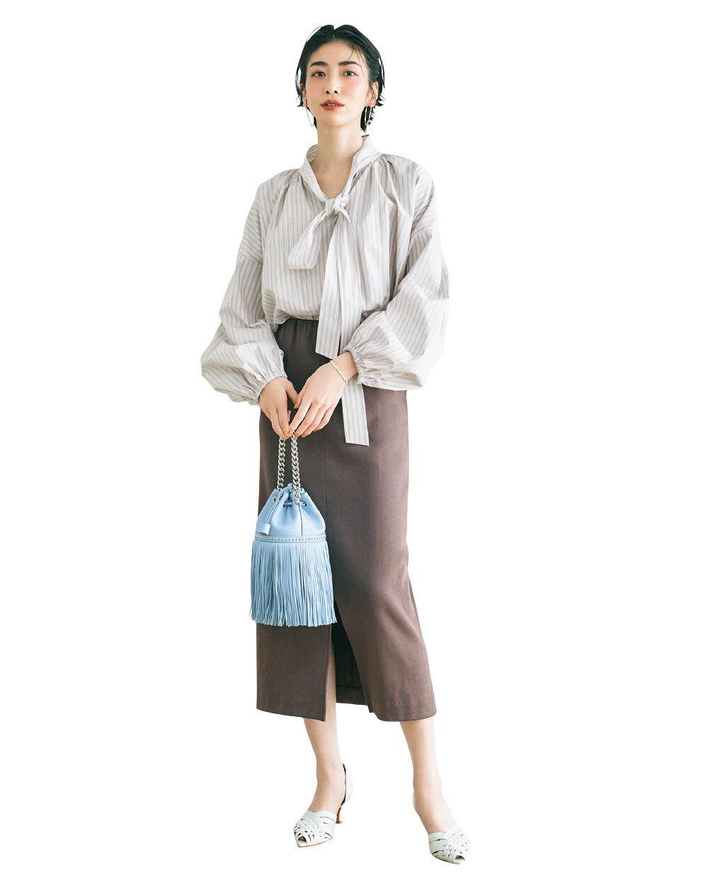 ボリューム袖シャツとタイトスカートのコーデ