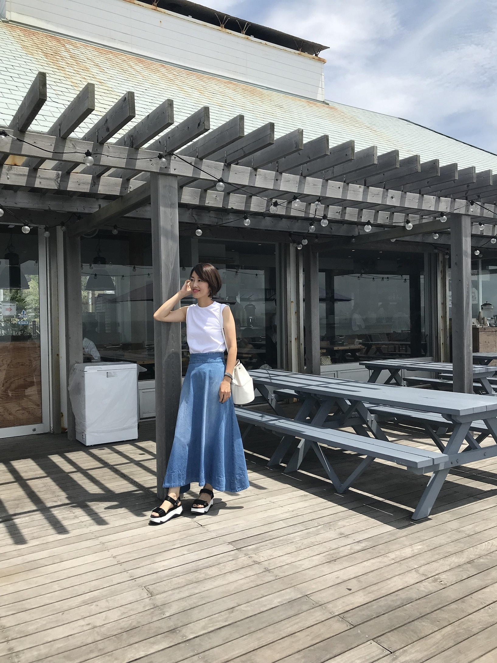 週末の海へは「白タンク×デニムスカート」の鉄板スタイルで!_1_1