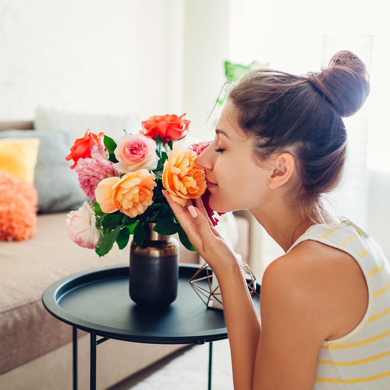 花のある生活を楽しむ女性