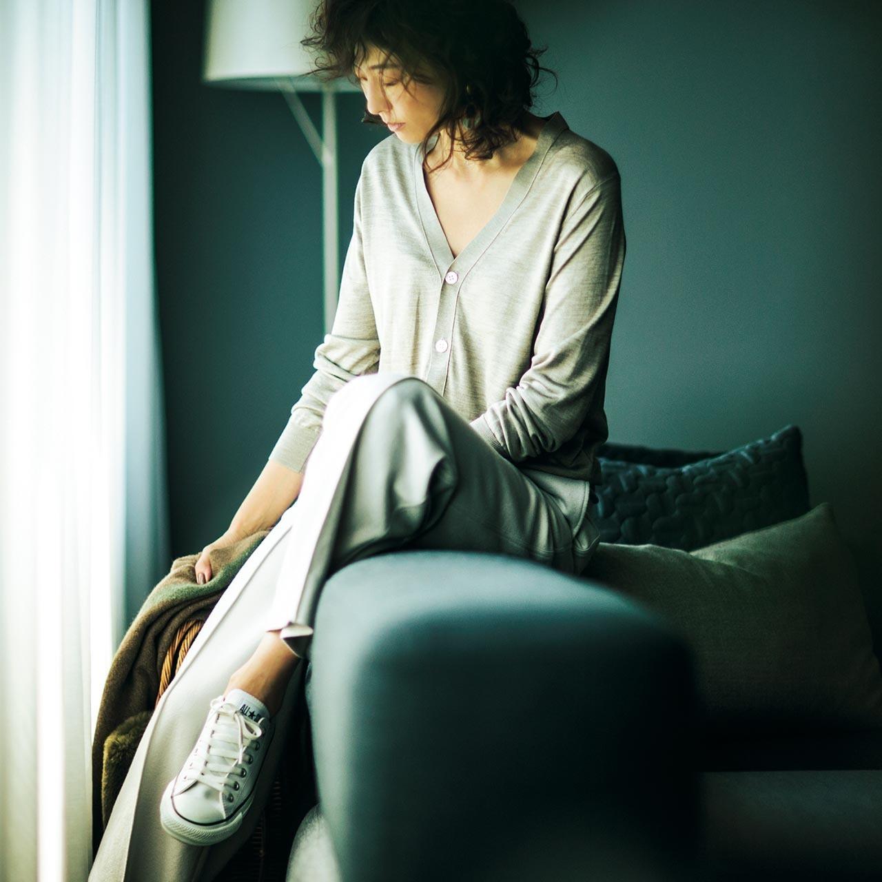 ベージュのカーディガン×太めパンツ&スニーカーのファッションコーデ