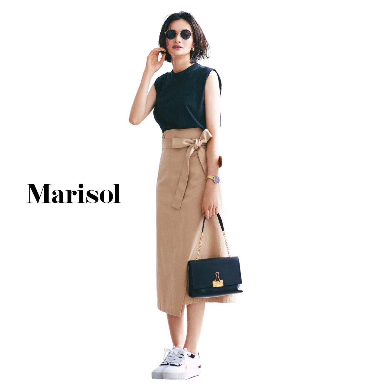 40代ファッション 黒カットソー×ベージュタイトスカート×白スニーカーコーデ