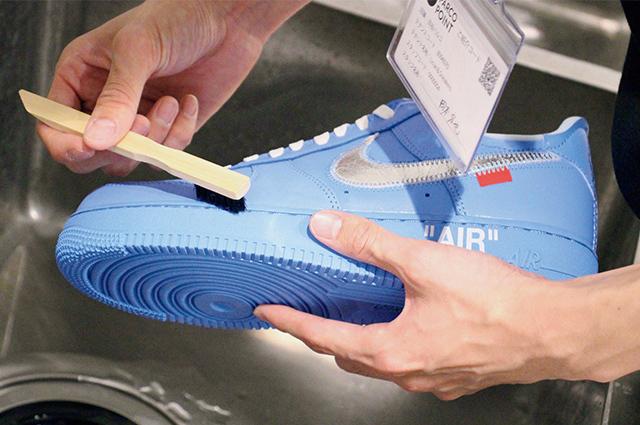 スニーカーの洗浄だけでなく、シミ抜きや軽補修などにも対応。
