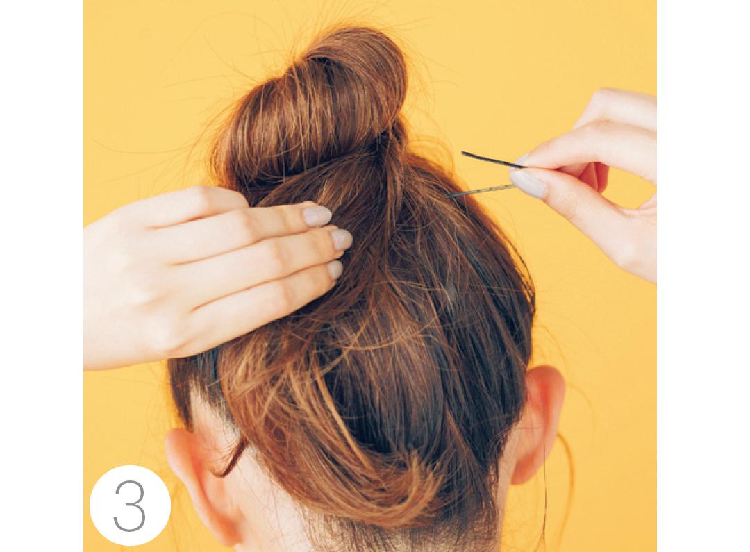 毛先は入れ込まずピンで固定。しっかり留まるよう何か所かピンをさして。おだんご部分に髪飾りを。