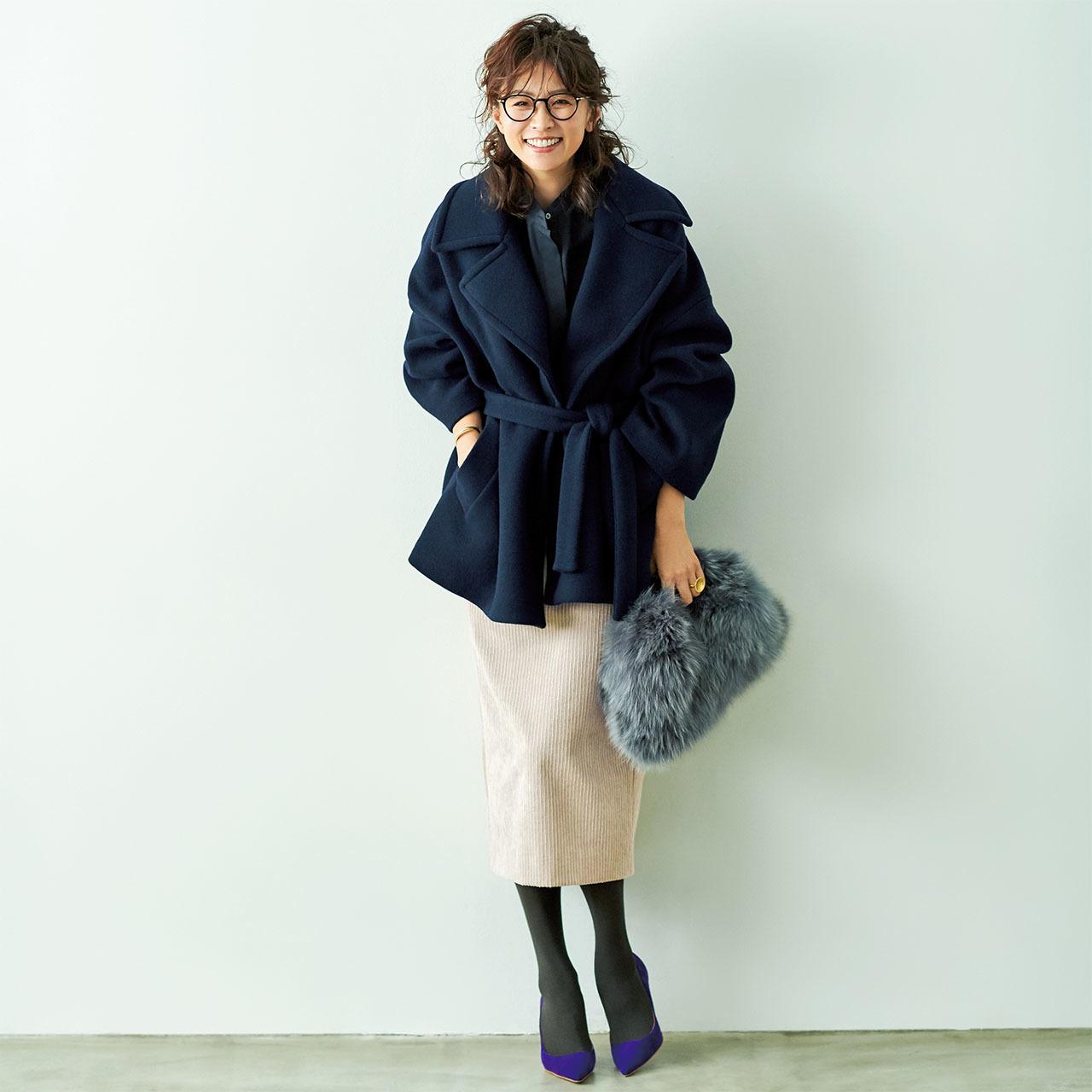 コート×コーデュロイスカート着たモデルの五明祐子さん