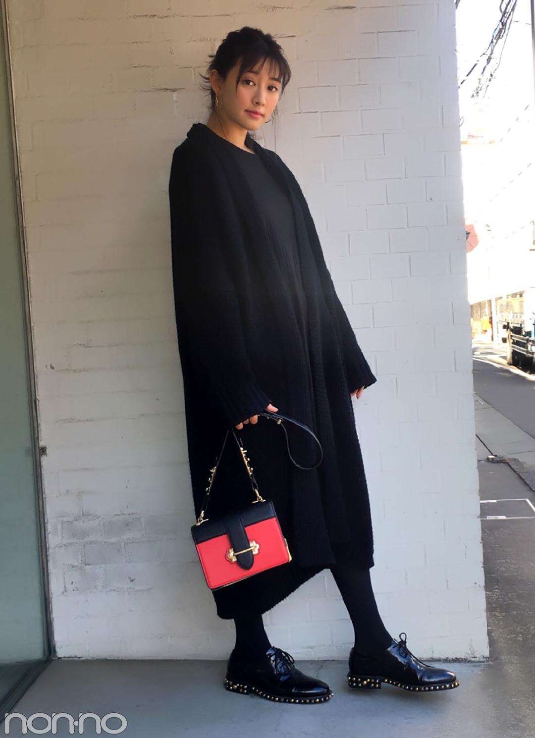 岡本杏理の冬の黒コーデ♡ ROSE BUDの赤バッグがアクセント【モデルの私服スナップ】_1_1