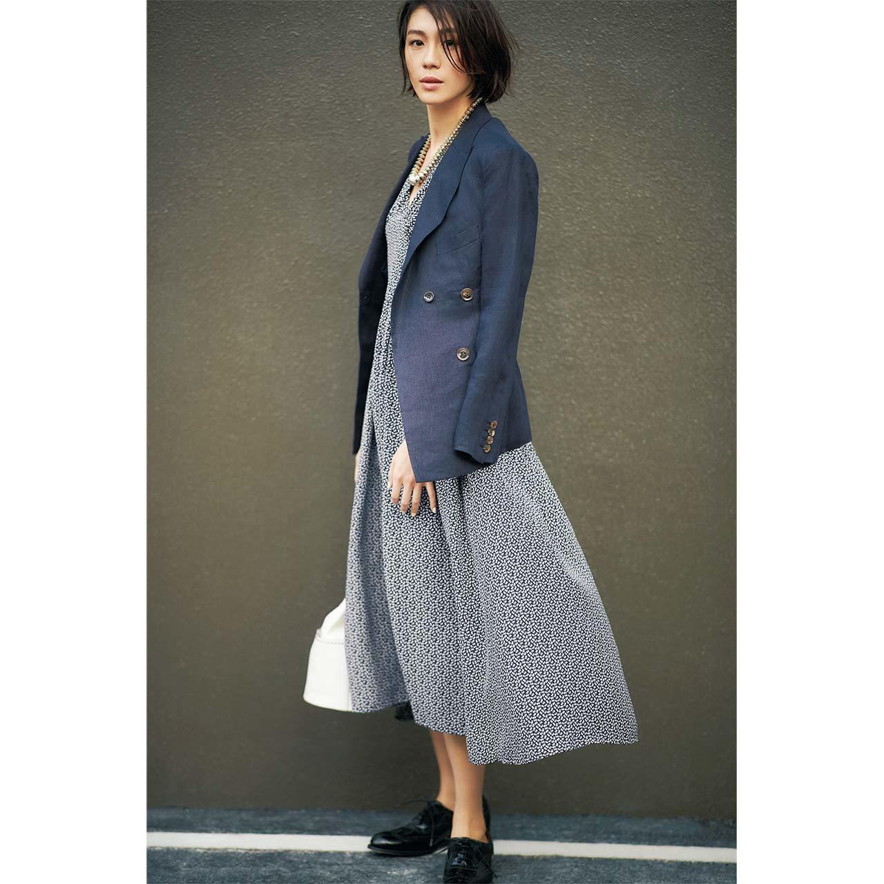 花柄ワンピース×ジャケットコーデを着たモデルの竹内友梨さん