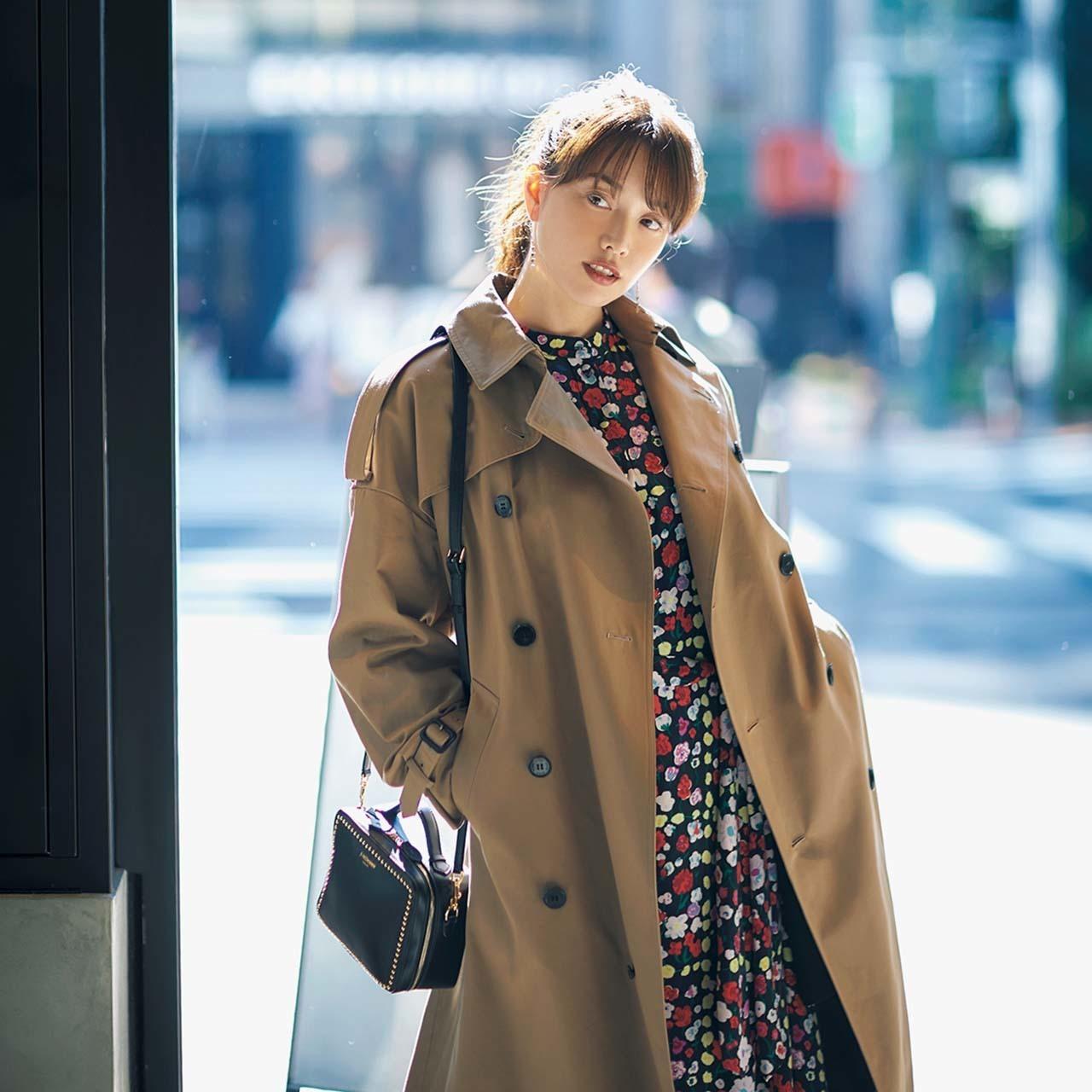 ベージュのトレンチコート×花柄ワンピースのファッションコーデ