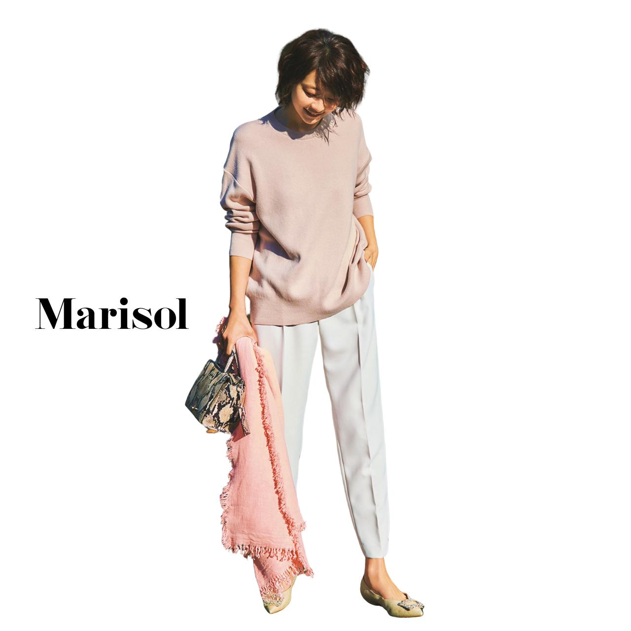 40代ファッション ピンクベージュニット×白パンツ×ピンクストールコーデ