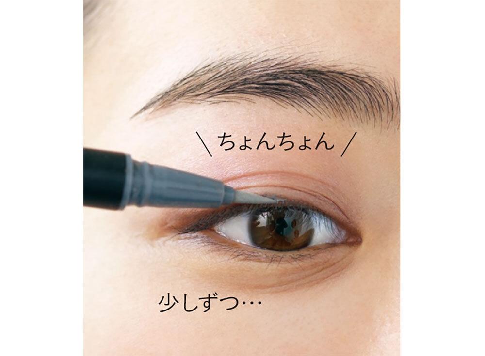 1.黒目の内側あたりから様子見で描き始める