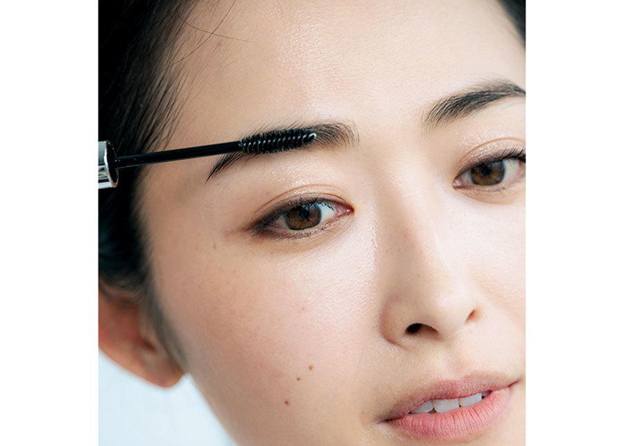 眉を描いた後に、透明のマスカラかアイブロウコートで、眉毛の毛流れに沿ってスッスッととかす。