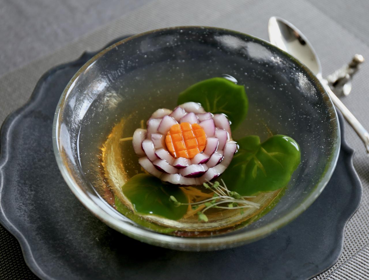 紫玉ねぎとにんじんで作る蓮の花スープ