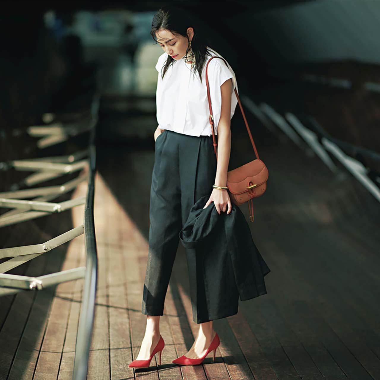 白シャツ×黒セットアップ×ベージュバッグコーデを着たモデルのRINAさん
