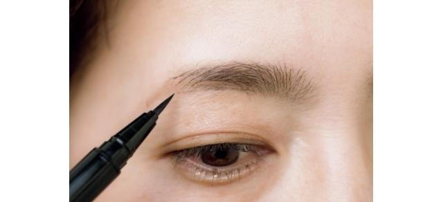 リキッドの毛先だけを使って、眉中〜眉山の下の毛のない部分をスッスッと描き足していく。