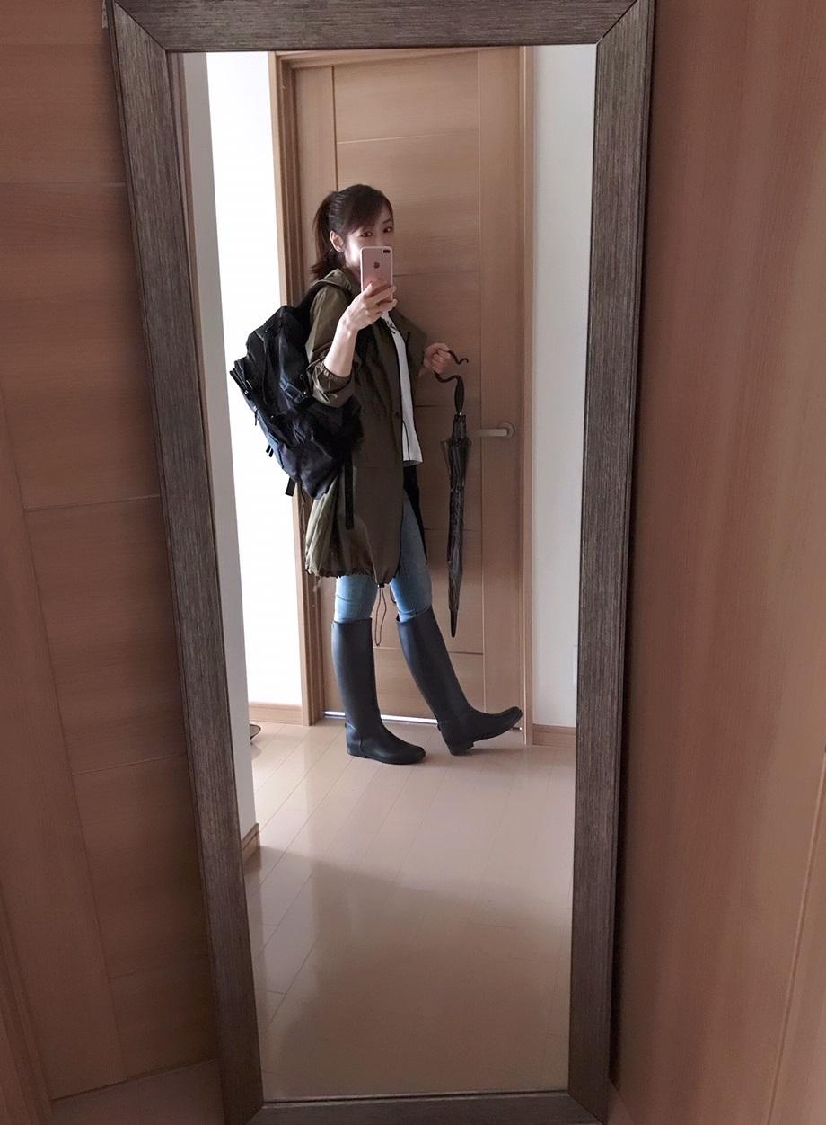 レインコートとブーツの着画
