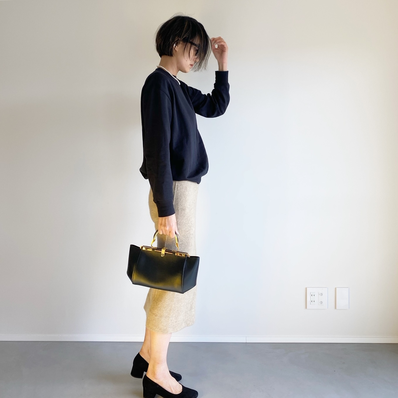 黒スウェット×タイトスカートのコーディネート