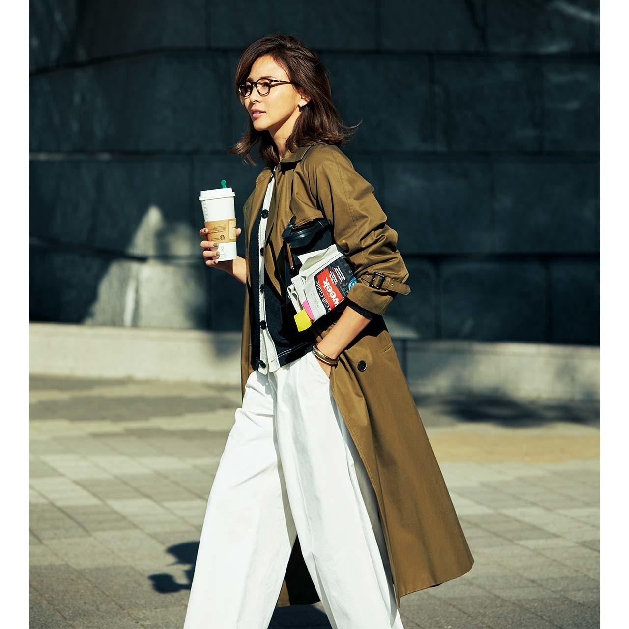 ベージュのトレンチコート×カーディガン&チノパンツのファッションコーデ