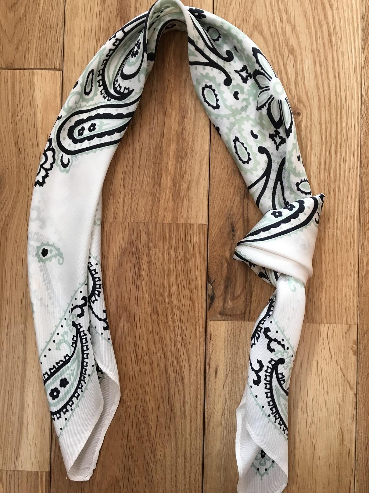 簡単すぎるスカーフの巻き方_1_2-1
