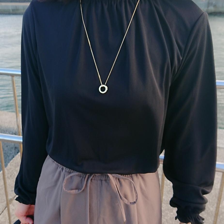 黒いブラウス  ゴールドネックレス