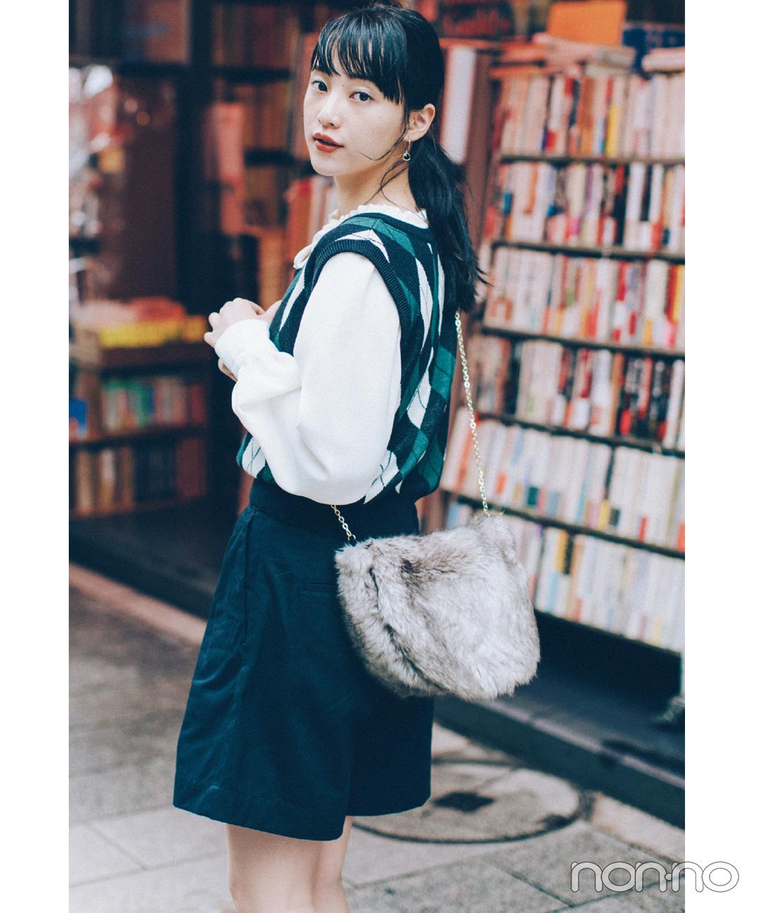 【アーガイルチェックコーデ】山田愛奈の、アーガイルベストにファーバッグを合わせた高見えコーデ