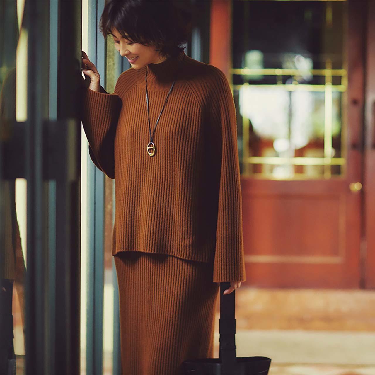 バルキーニット×ロングスカートのセットアップ×ロングネックレスコーデを着たモデルの五明祐子さん