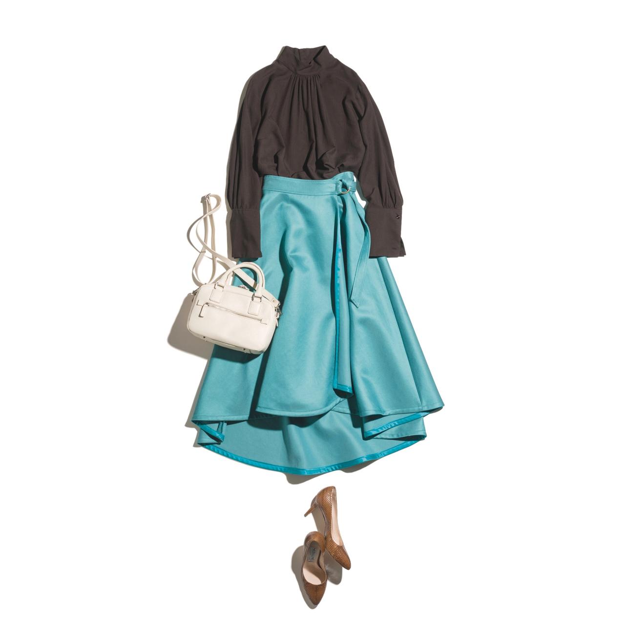 チョコブラウンのブラウス×ターコイズグリーンのラップスカートのファッションコーデ
