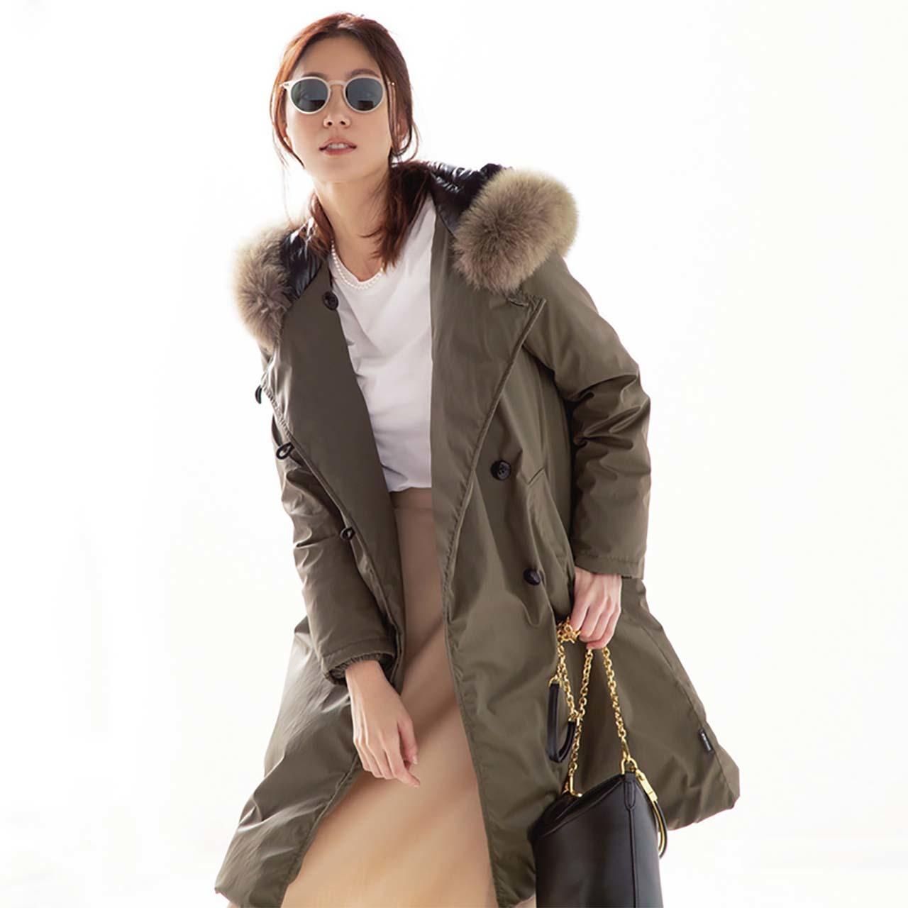ダウンコート×白Tシャツ×スカートコーデを着たモデルの内田ナナさん