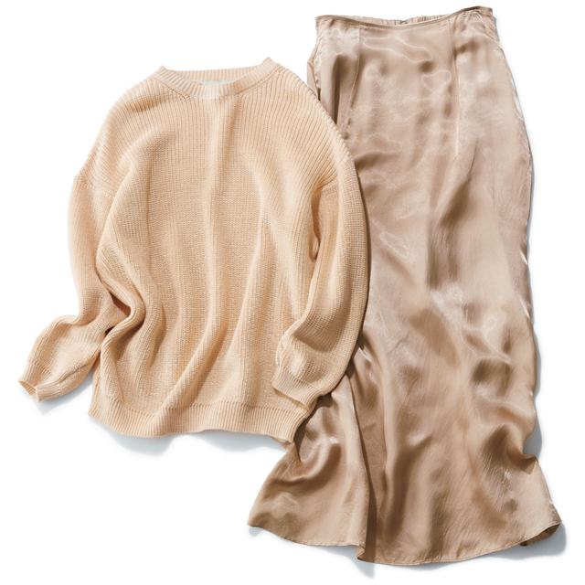ピンク系ベージュのニットにツヤスカート