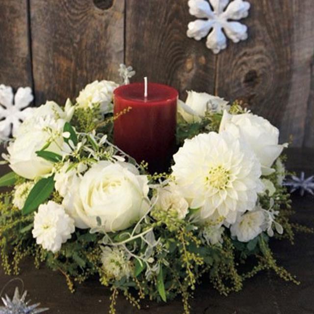 キャンドルリースは白い花でまとめて愛らしく