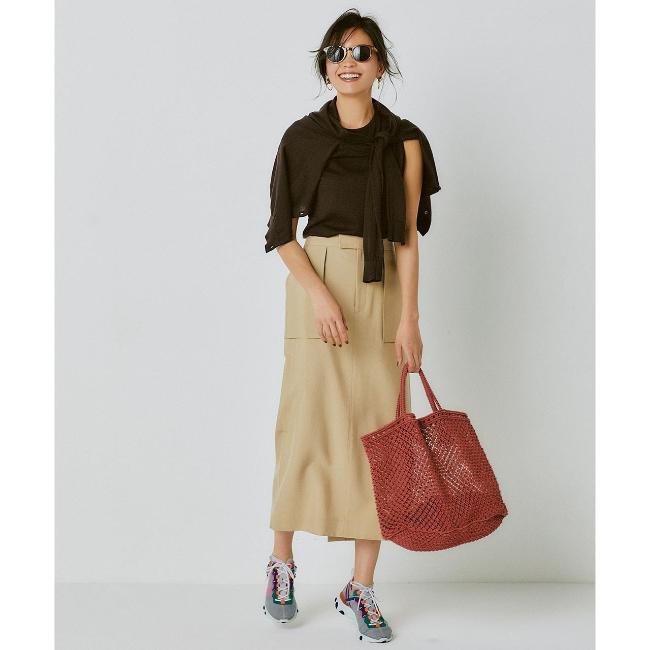 ブラウンのノースリーブ×ベージュのスカートコーデを着たモデルの矢野未希子さん