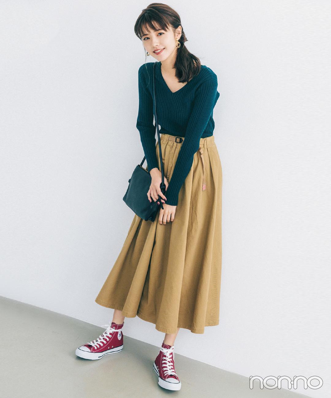 【きれいめカジュアルコーデ】グリーンのVネックニット×チノスカートでシンプルコーデ