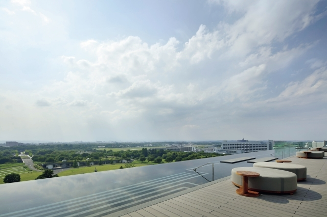 最上階にあるインフィニティプールでは、 空の広さを満喫
