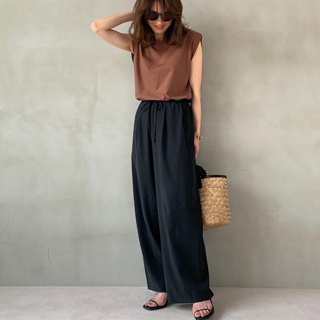 定番の黒パンツを極める!今っぽく、おしゃれで、美脚見えする黒パンツコーデまとめ|40代ファッション_1_16