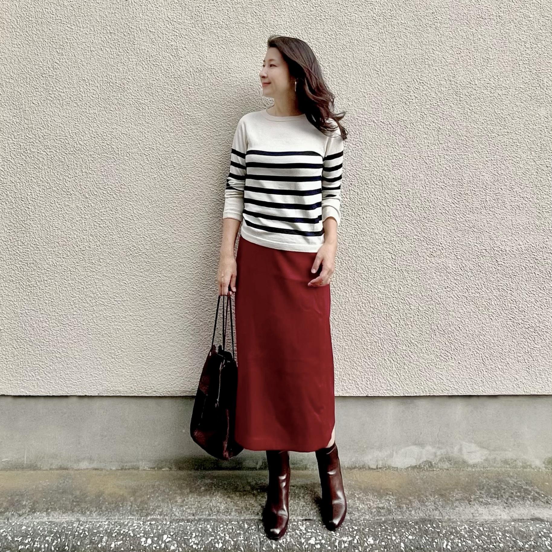 ボーダーニット、深みのある赤のミモレ丈タイトスカート、ブラウンのブーツ、ブラウンのバッグ