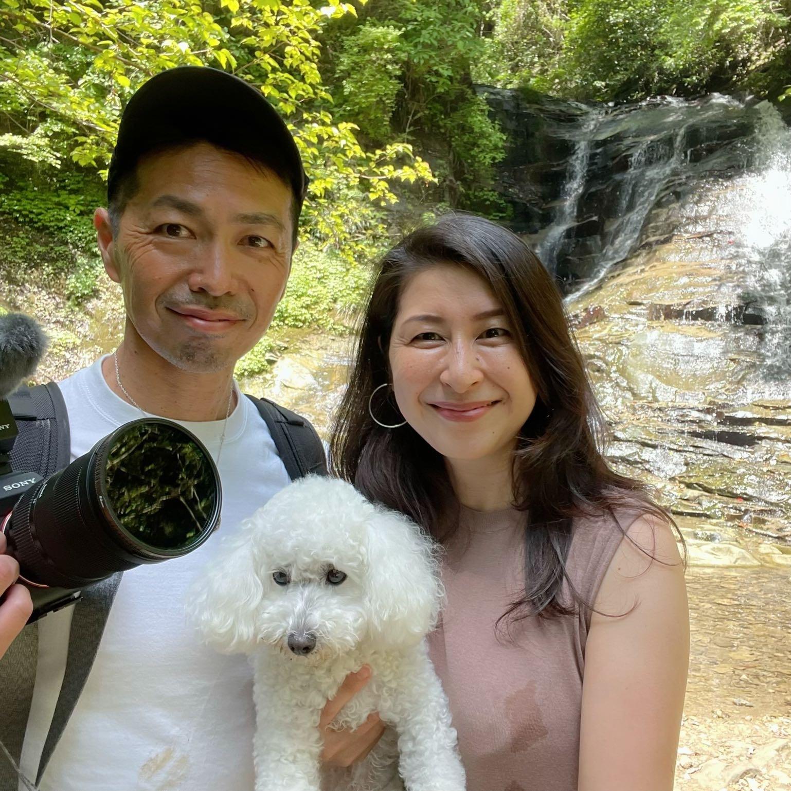 主人、私、愛犬ハッピーの記念写真、千葉の養老渓谷の万代の滝の前