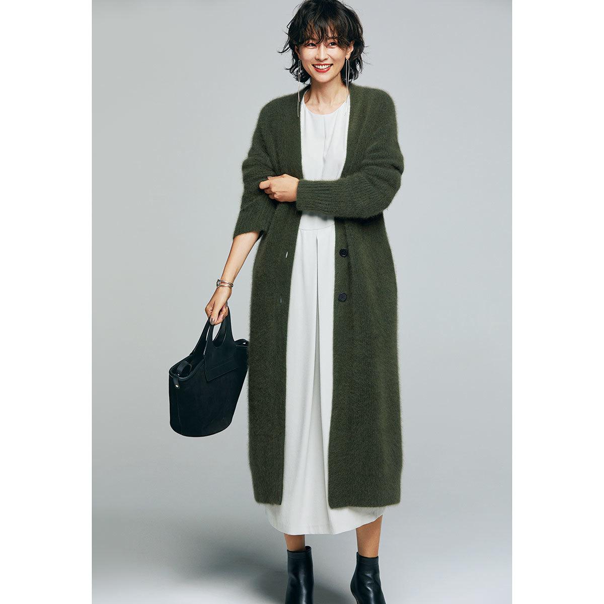 ふんわり素材のロングカーディガン×ワンピースコーデを着たモデルの五明祐子さん