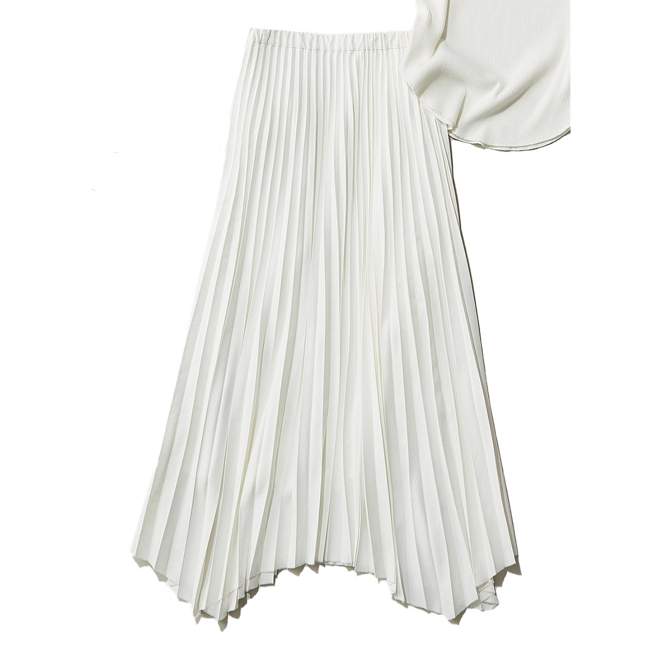 クリアな白&ハリ素材で甘くならないプリーツスカート
