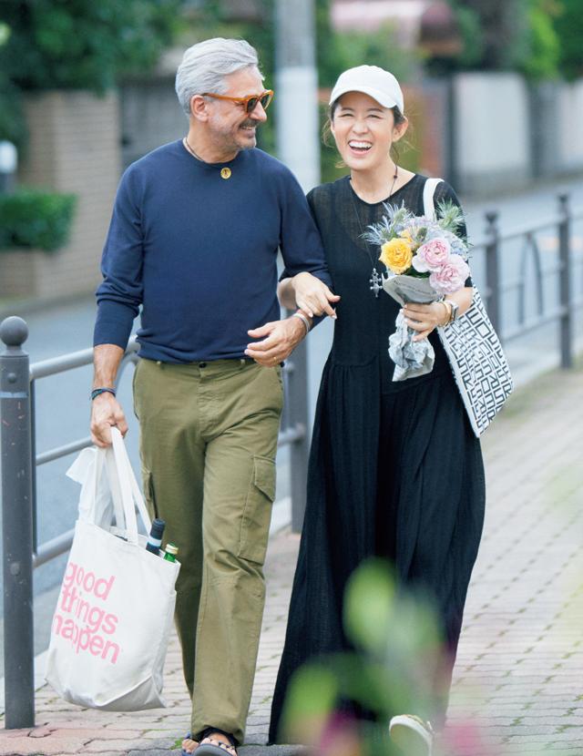 ご主人と一緒に買い出しへ行く大草直子さん