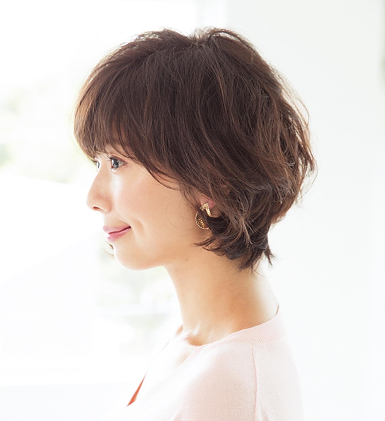 髪のうねりを利用した大きめカールヘアでフェミニンショートに【40代のショートヘア】_1_2