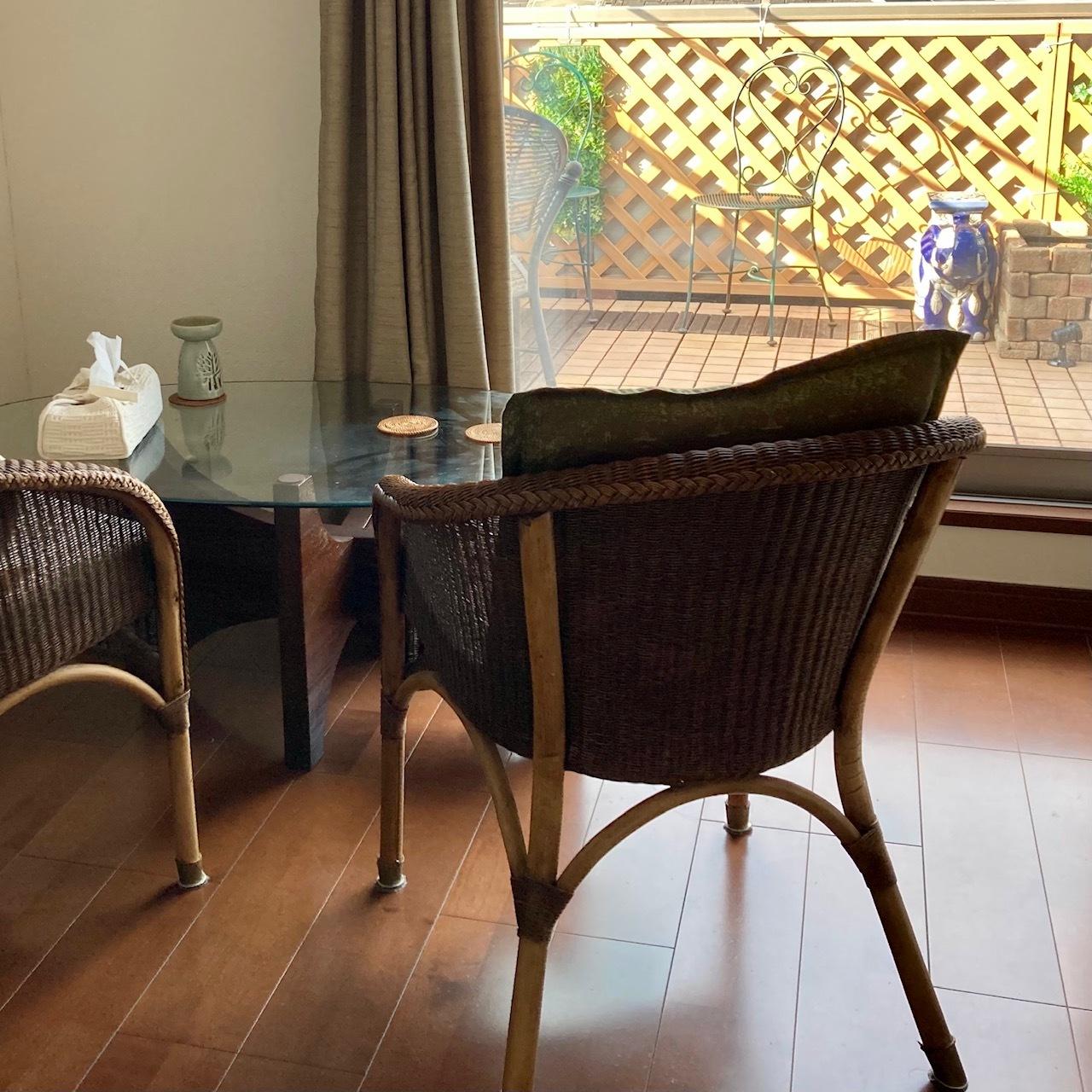 ガーデン風バルコニーを眺めるテーブルと椅子のセット