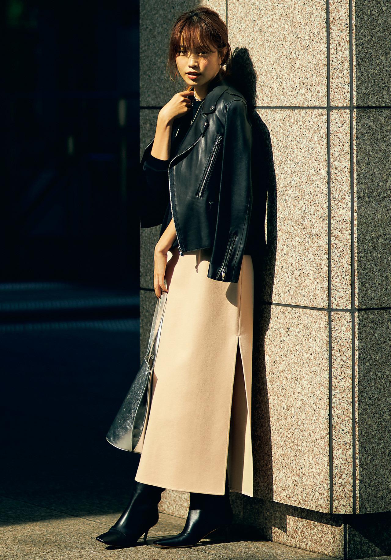 黒のレザージャケット×ニュートラルなピンクのスカートコーデを着たモデルの蛯原友里さん