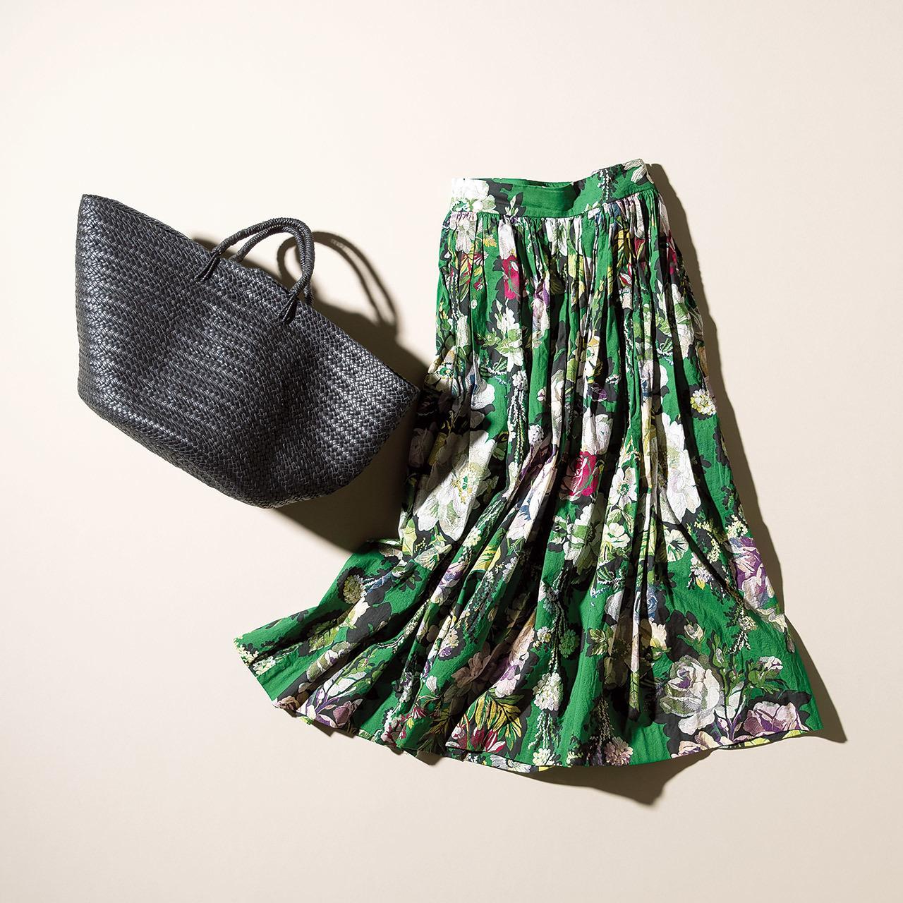 花柄ロングスカートと黒かごバッグ