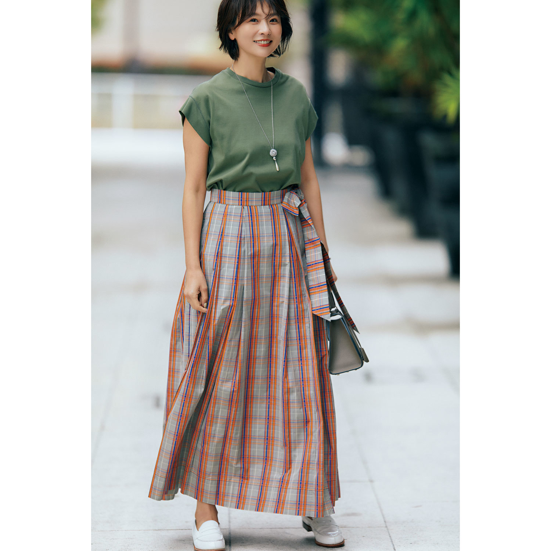 カーキTシャツとチェック柄スカートのコーデ モデル・五明祐子