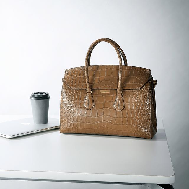 重厚感と軽やかカラーが魅力「バリー」のお仕事バッグ